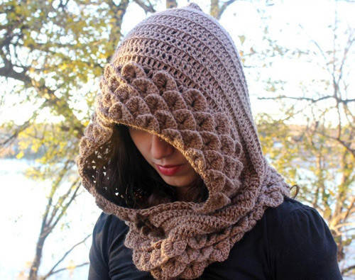 Shawl neckline and beret models made with crocodile knitting